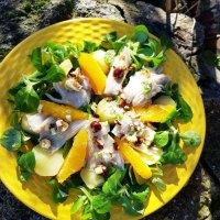 Salade tiède de raie à l'orange et noisettes grillées