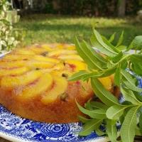 Gâteau moelleux aux pèches, amandes et verveine