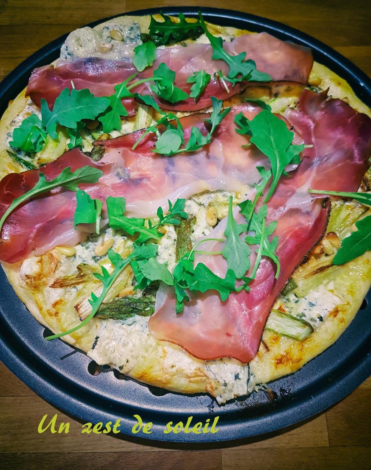 Pizza à la Fourme d 'Ambert , asperges etspeck